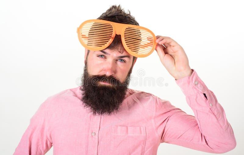O indivíduo farpado do homem veste óculos de sol louvered gigantes Conceito acessório dos óculos de sol da proteção ocular Atribu foto de stock
