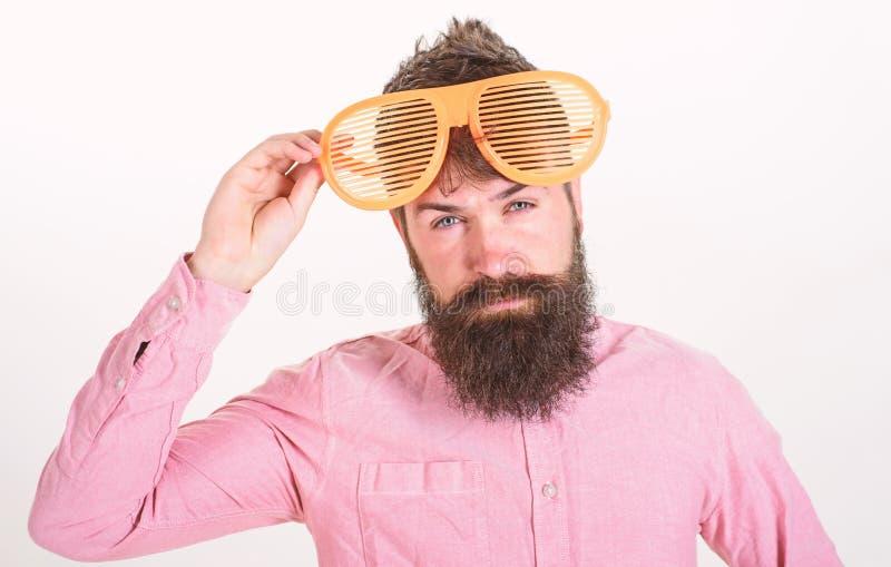 O indivíduo farpado do homem veste óculos de sol louvered gigantes Conceito acessório dos óculos de sol da proteção ocular Atribu imagem de stock royalty free