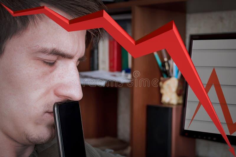 O indivíduo fechado seus olhos, fechados o rum com um smartphone preto, gráficos vermelhos da seta tende para baixo imagem de stock
