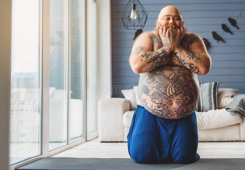 O indivíduo gordo alegre é satisfeito com sua aparência imagem de stock royalty free
