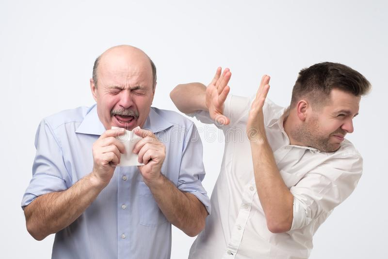 O indivíduo idoso pobre tem o grippe terrível Tiro do estúdio fotos de stock royalty free