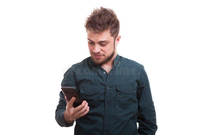 O indivíduo novo fresco guarda um telefone nas mãos imagens de stock