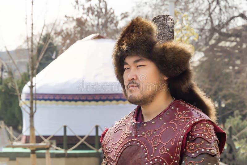O indivíduo novo no traje nacional de um soldado do Cazaque está na perspectiva da imagens de stock