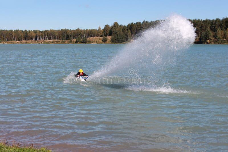 O indivíduo pôs o jato da água do esqui do jato imagens de stock