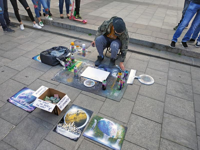 O indivíduo seleciona as imagens em poucos minutos que usam a pintura de uma lata fotografia de stock