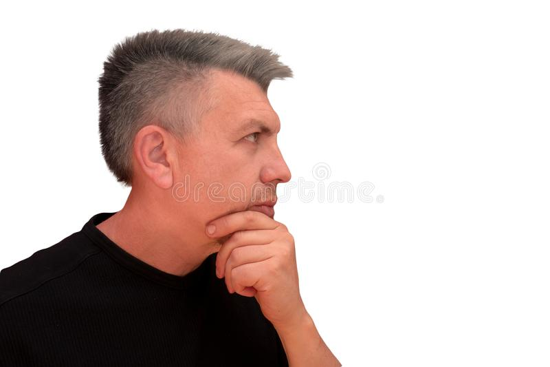 O indivíduo toca no queixo com mão Retrato isolado do perfil no fundo branco A emoção e o gesto do meio envelheceram o homem desg imagens de stock