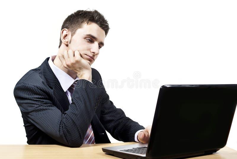 O indivíduo trabalha para um portátil imagem de stock royalty free