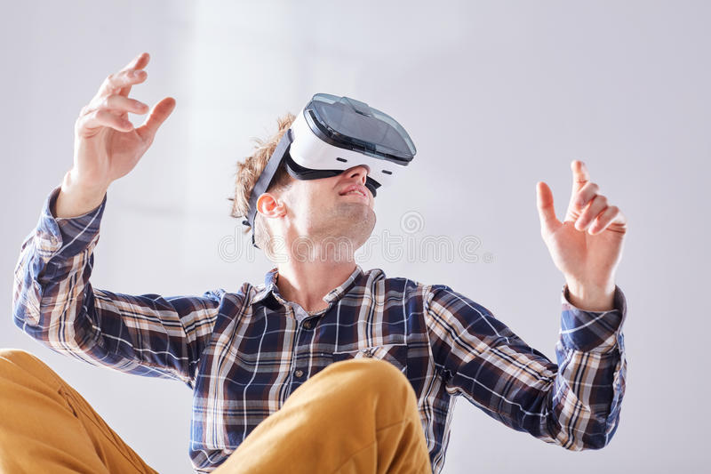 O indivíduo transporta-se ao futuro com vidros de VR fotografia de stock royalty free