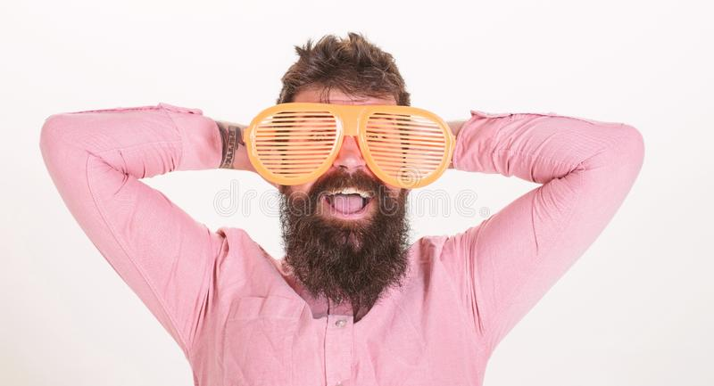 O indiv?duo farpado do homem veste ?culos de sol louvered gigantes Atributo das f?rias dos ?culos de sol e acess?rio ? moda Prote foto de stock royalty free