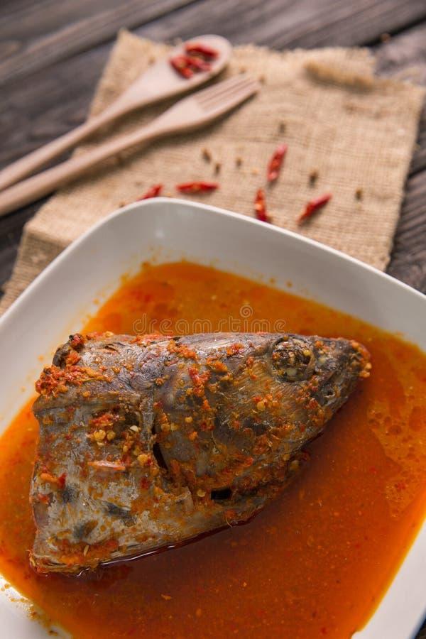 O indonésio tradicional torna côncavo o gulai principal dos peixes foto de stock royalty free