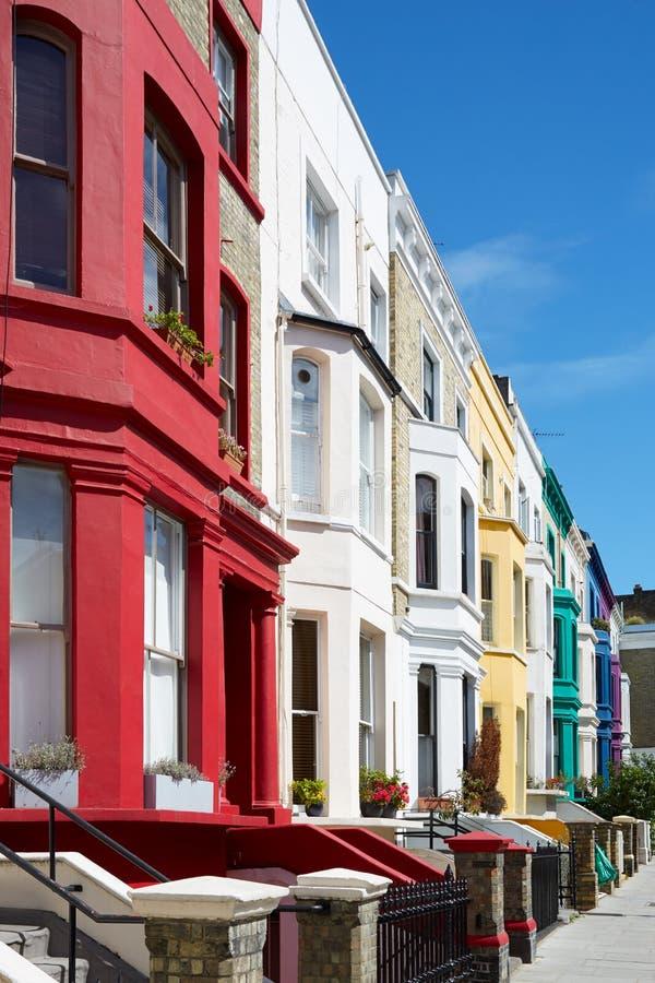 O inglês colorido abriga fachadas em Londres fotos de stock royalty free