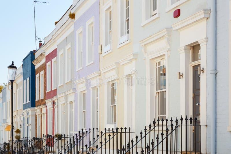 O inglês colorido abriga fachadas em Londres imagens de stock
