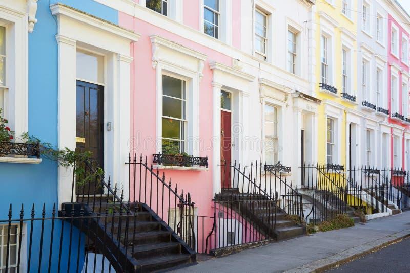 O inglês colorido abriga fachadas em seguido em Londres imagens de stock royalty free
