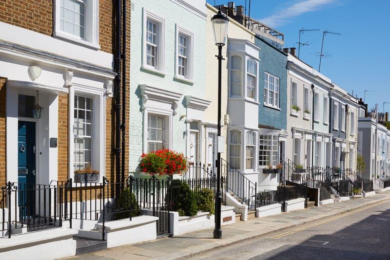 O inglês colorido abriga fachadas em um dia ensolarado foto de stock royalty free