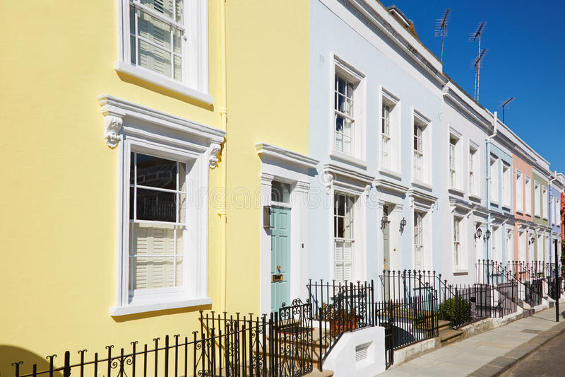 O inglês colorido abriga fachadas em um dia ensolarado fotografia de stock royalty free