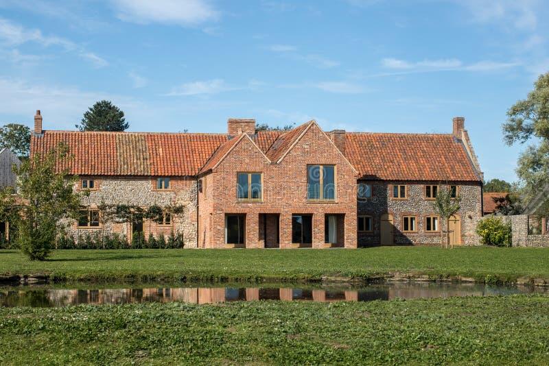 O inglês tradicional amarrou casas de campo do sílex com renovação moderna e fotos de stock royalty free