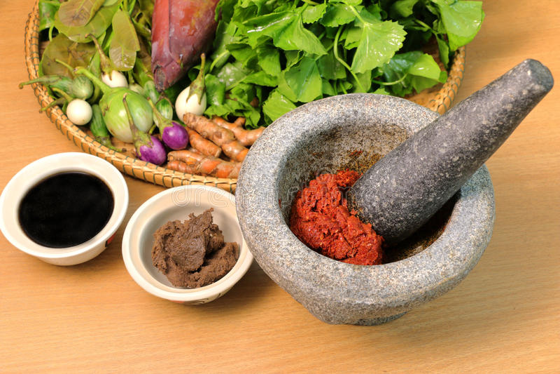 O ingrediente do caril na mistura do almofariz, surra o chiqueiro tailandês do alimento foto de stock royalty free