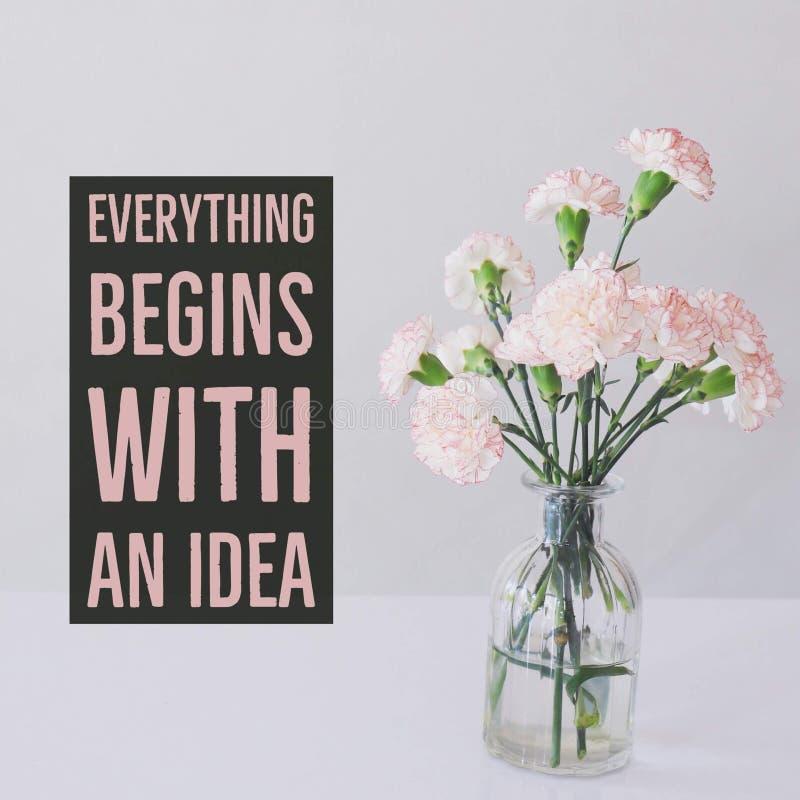 O ` inspirador inspirado das citações tudo começa com uma ideia ` imagens de stock