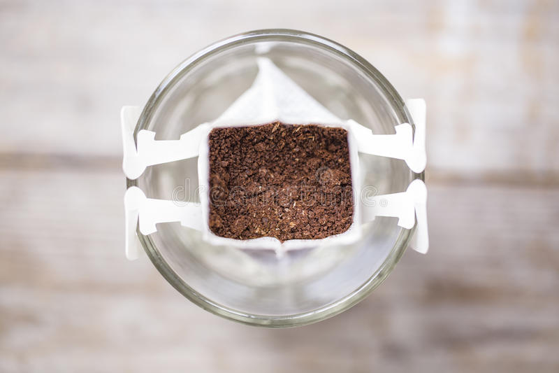 O instante fabricou cerveja recentemente a xícara de café, café do saco do gotejamento fotografia de stock