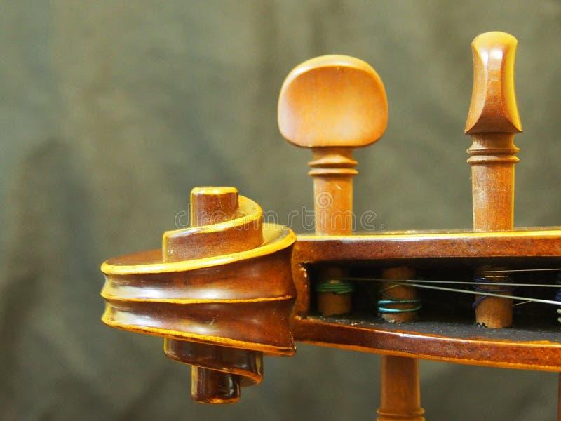 O instrumento de música principal da corda do violino retro inspira a opinião do furo de pino fotos de stock royalty free