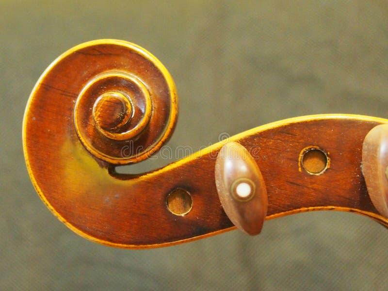O instrumento de música principal do violino retro inspira a opinião do furo de pino imagem de stock