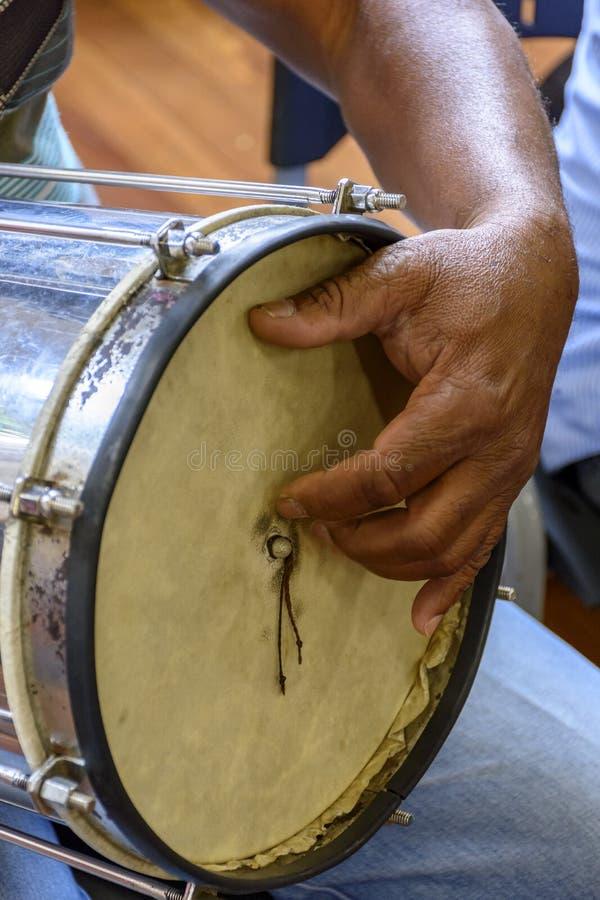 O instrumento de percussão tipicamente brasileiro chamou Cuica foto de stock