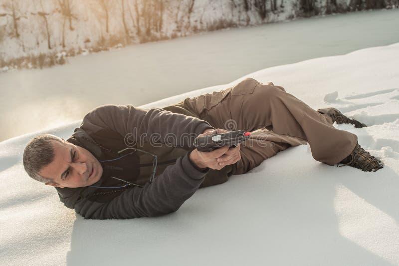 O instrutor demonstra a posição do corpo do tiro da arma sobre a escala de tiro fotos de stock royalty free