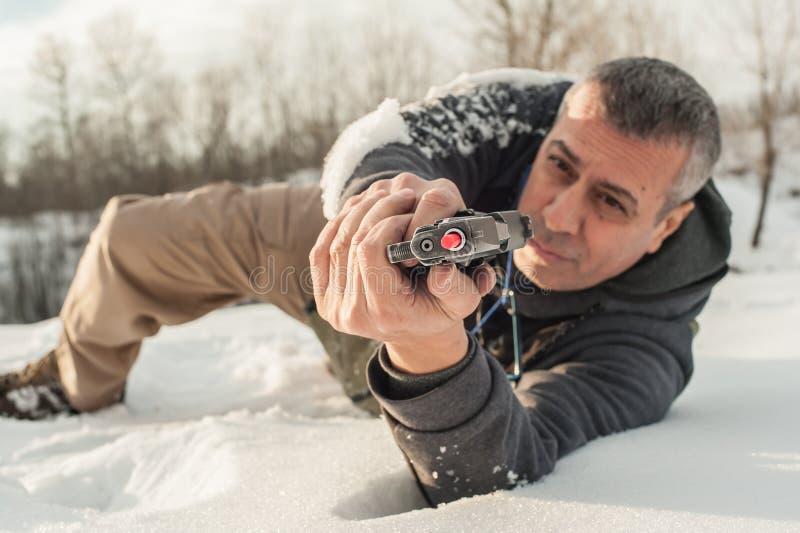 O instrutor demonstra a posição do corpo do tiro da arma sobre a escala de tiro imagens de stock royalty free