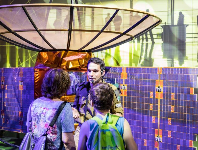 O instrutor do exército diz a visitantes sobre o princípio da antena parabólica no ` da exposição do exército nosso ` do IDF imagens de stock royalty free