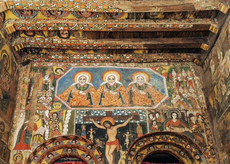 O interior antigo da igreja ortodoxa pintou paredes no ethiopi gondar imagem de stock