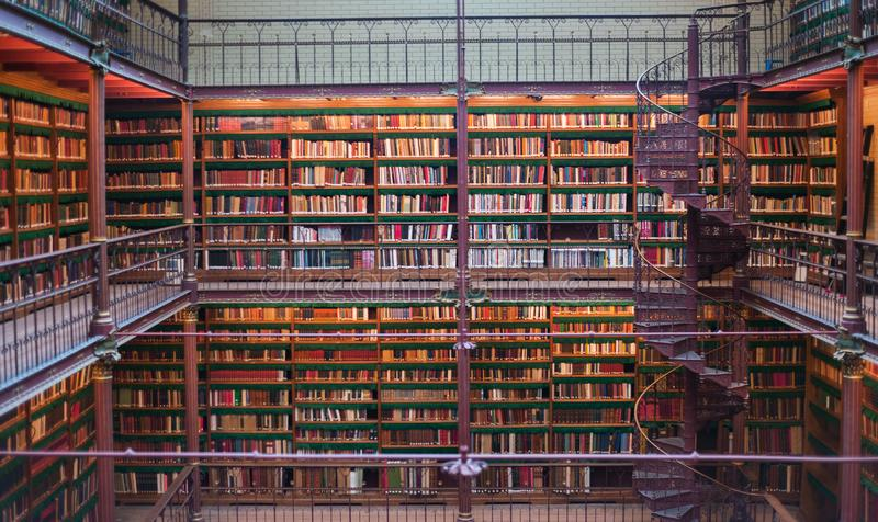 O interior antigo velho da biblioteca, teto registra, janelas, estante fotografia de stock royalty free