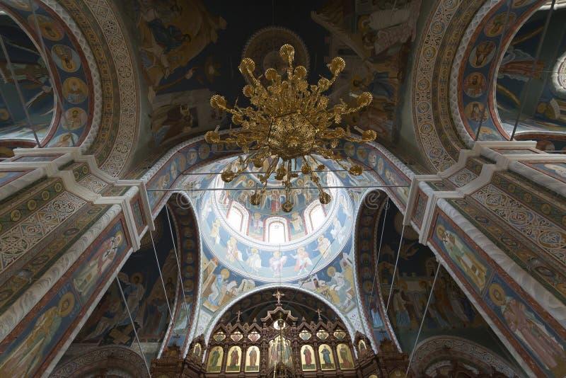 O interior com teto arcado da catedral imagem de stock