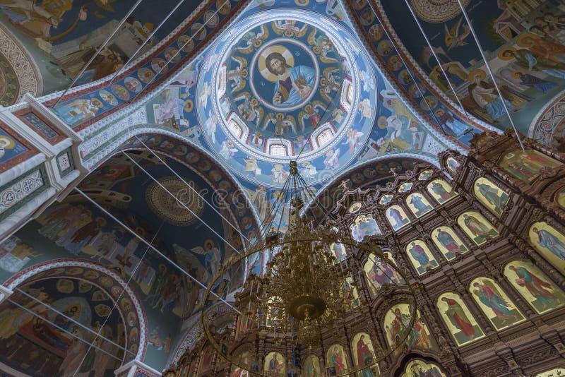 O interior com teto arcado da catedral fotos de stock royalty free