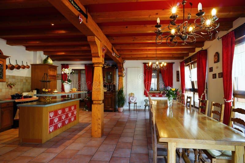O interior confortável da casa do campo alsacien dentro o estilo imagens de stock royalty free