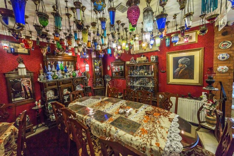 O interior da entrada do hotel no centro da parte histórica de Istambul decorou no estilo velho do otomano fotos de stock