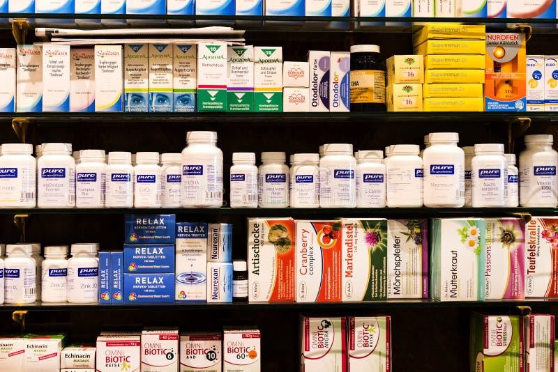 O interior da farmácia da cidade nas prateleiras com medicinas e preparações foto de stock royalty free