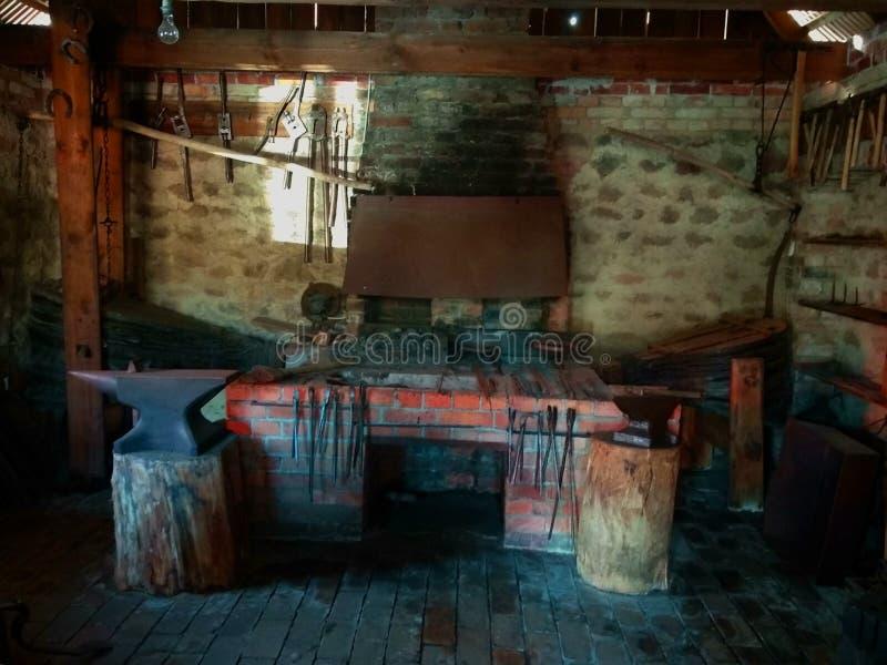 O interior da forja velha no museu imagens de stock royalty free