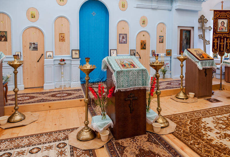 O interior da igreja ortodoxa rural da mãe de Tikhvin imagens de stock