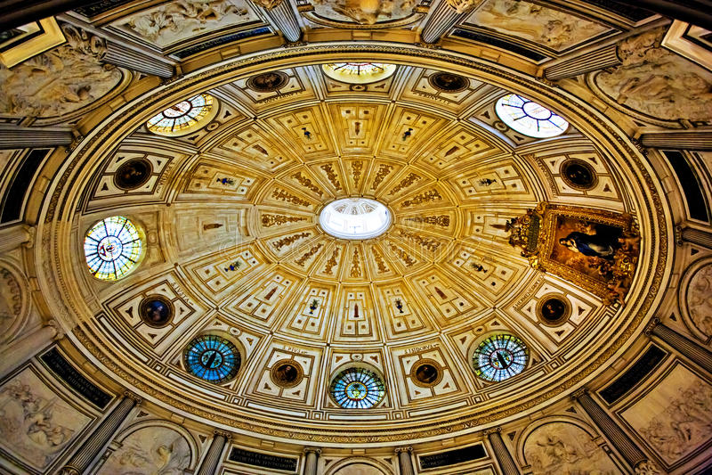 O interior da igreja velha fotografia de stock
