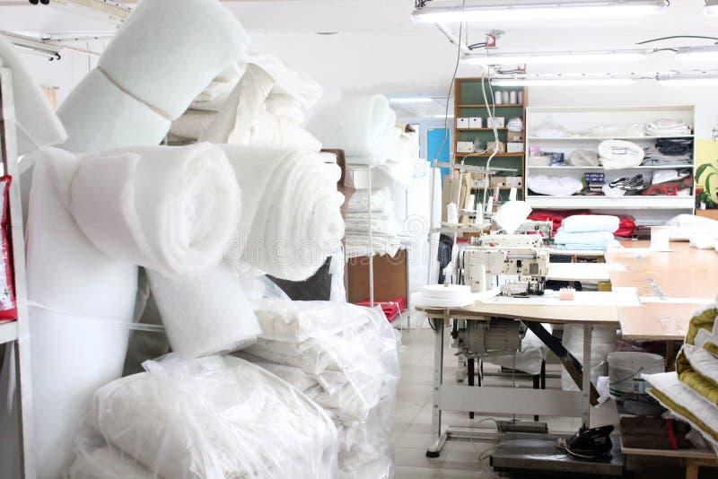 O interior da loja costurando da fábrica Estúdio fechado com diversas máquinas de costura Ind?stria de vestu?rio Foto borrada par fotos de stock