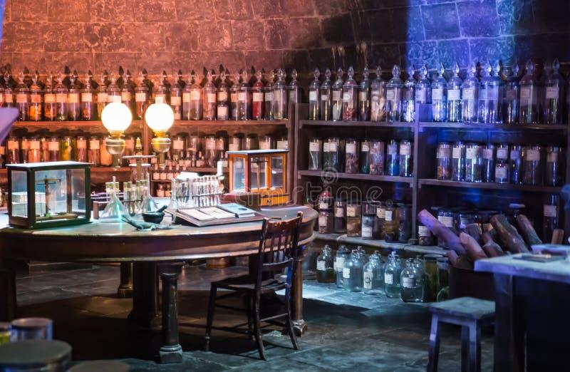 O interior da mágica do professor Snape entalha a coleção Decoração Warner Brothers Studio para Harry Potter Reino Unido imagens de stock royalty free