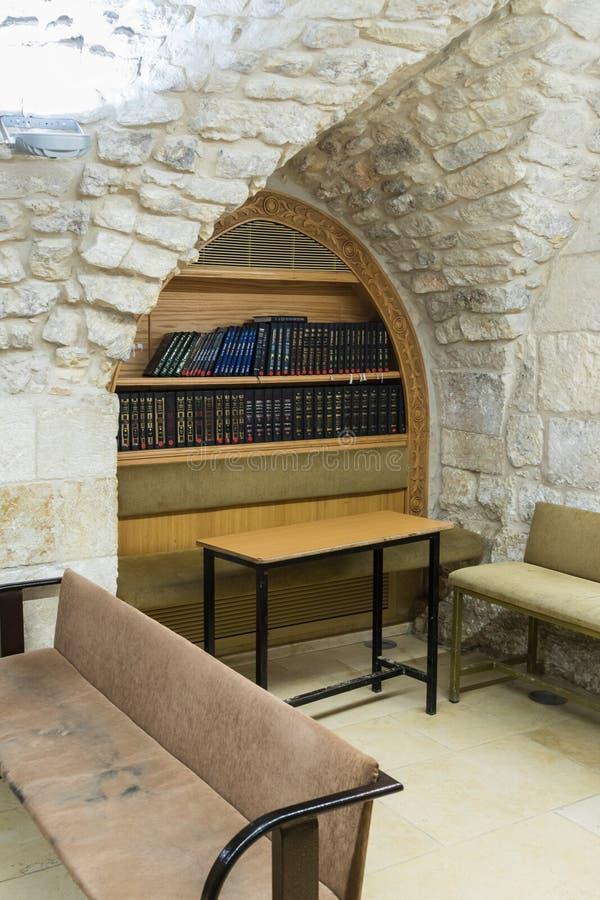O interior da sinagoga na sepultura de Samuel - profeta no Jerusalém em Israel fotos de stock