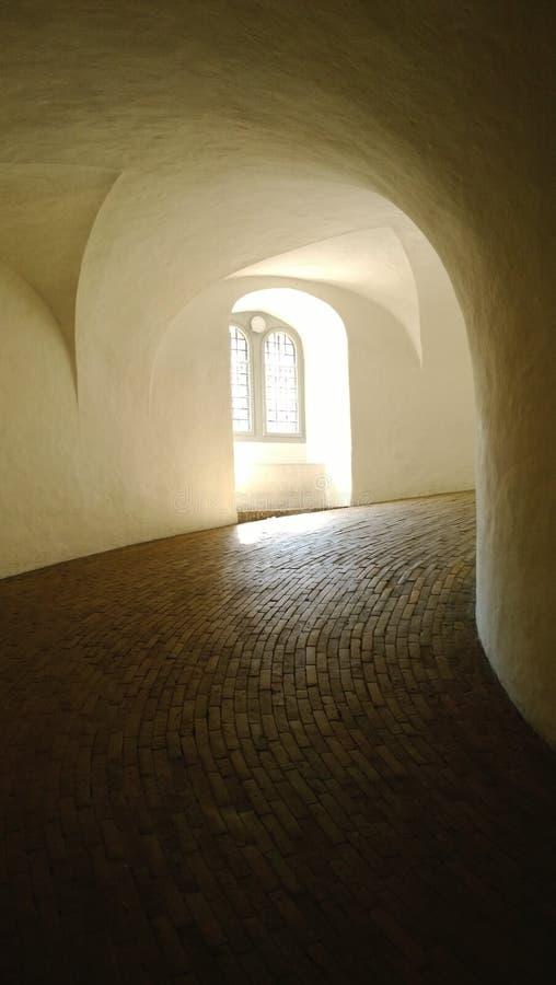 O interior da torre redonda em Copenhaga imagens de stock royalty free