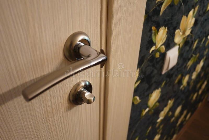 O interior de uma sala instalada com um interior novo Porta A porta instalada complementa harmoniosamente o interior da sala, b imagem de stock royalty free