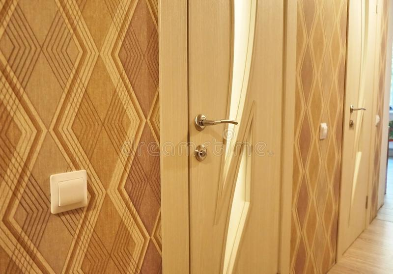 O interior de uma sala instalada com um interior novo Porta A porta instalada complementa harmoniosamente o interior da sala, b fotografia de stock royalty free