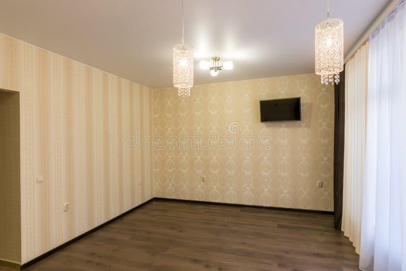 O interior de uma sala renovada vazia fotos de stock