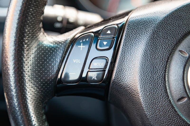O interior do carro Mazda 3 com uma vista do volante multifuncional, do painel, e dos botões audio de sistema de multimédios fotografia de stock