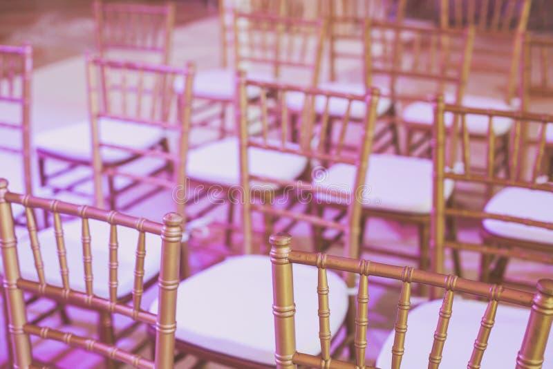 O interior do casamento e a decoração bonitos da tabela, decoração da flor com ramalhete das flores, com rosas, tulipas, peônias, imagem de stock