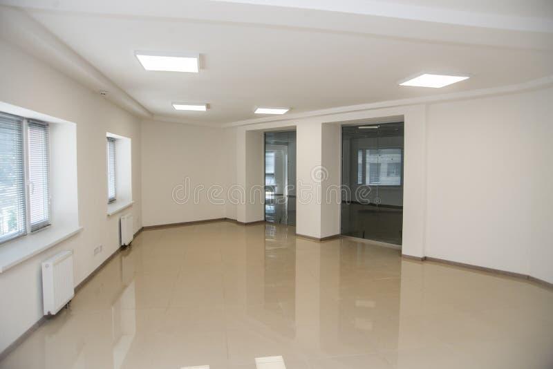 O interior do escritório do espaço aberto do branco pode ser usado como o fundo foto de stock royalty free