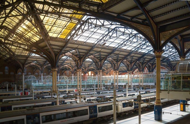 O interior do estação de caminhos-de-ferro da rua de Liverpool treina nas plataformas prontas para partir Reino Unido imagens de stock royalty free